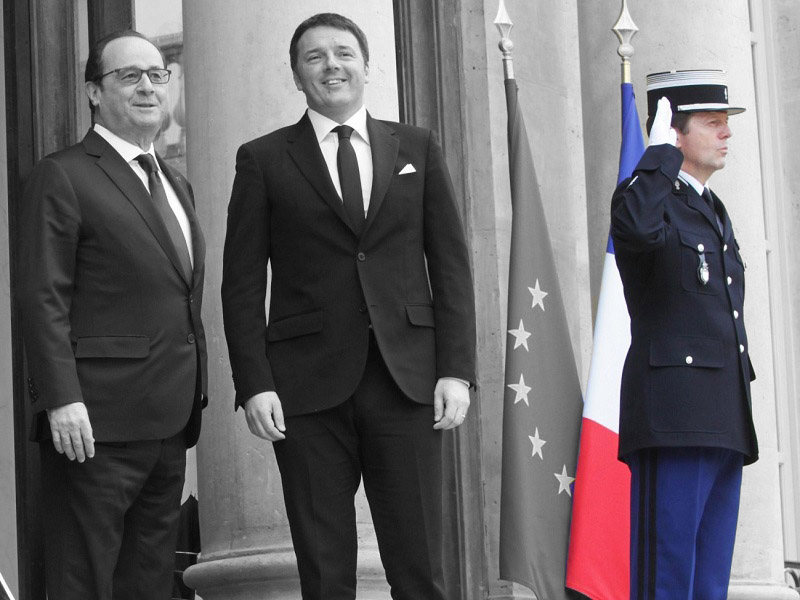 Il presidente del Consiglio Matteo Renzi arriva all'Eliseo, dove viene accolto dal presidente francese Francois Hollande, Parigi, 24 febbraio 2015. ANSA/ PALAZZO CHIGI/ TIBERIO BARCHIELLI   +++ ANSA PROVIDES ACCESS TO THIS HANDOUT PHOTO TO BE USED SOLELY TO ILLUSTRATE NEWS REPORTING OR COMMENTARY ON THE FACTS OR EVENTS DEPICTED IN THIS IMAGE; NO ARCHIVING; NO LICENSING +++